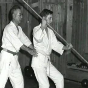 Мастер каратэ учит иностранца работе с шестом