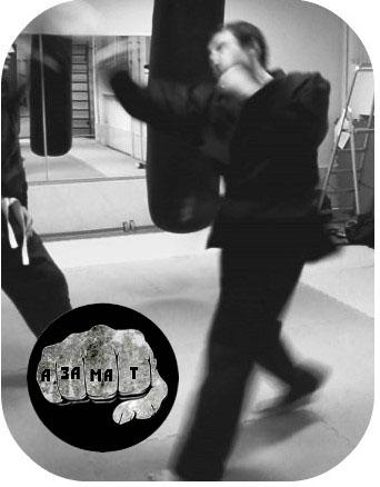 Фото удара апперкот. Траектория движения размыта, лапа, по которой нанесен удар стремительно улетает.