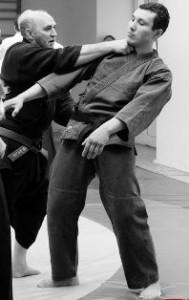 Надавливание на болевую точку шеи. Соке Антонио Гарсия демонстрирует на мне