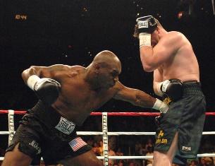 Такой вариант хорош для самозащиты, в ринге он запрещен