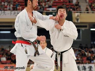 удар в лицо на соревнованиях пор каратэ